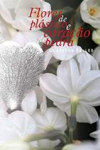 Flores de plástico e coração de pedra